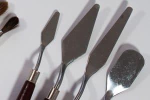 Paletten- und Malmesser auf einem Tisch