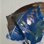 Blaue und braune Farbe und Malmesser auf Leinwand